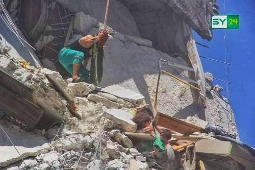 Cả gia đình Syria trúng không kích, những đứa trẻ bị chôn vùi giữa đống đổ nát - Ảnh 1