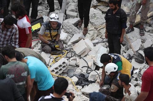 Cả gia đình Syria trúng không kích, những đứa trẻ bị chôn vùi giữa đống đổ nát - Ảnh 2