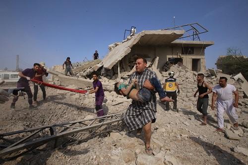 Cả gia đình Syria trúng không kích, những đứa trẻ bị chôn vùi giữa đống đổ nát - Ảnh 3