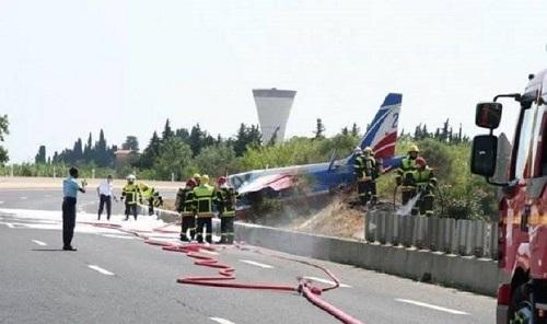 Trục trặc trong quá trình hạ cánh, máy bay của Không quân Pháp lao thẳng xuống đường cao tốc  - Ảnh 1