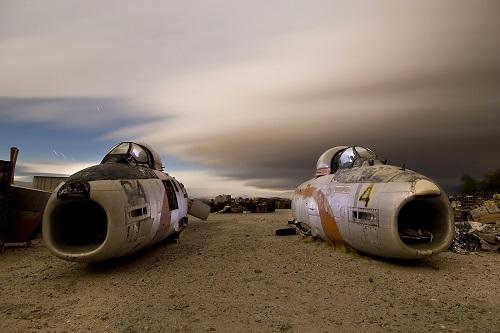 Khám phá 'nghĩa địa' máy bay đẹp siêu thực ở California vào ban đêm - Ảnh 2