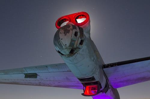 Khám phá 'nghĩa địa' máy bay đẹp siêu thực ở California vào ban đêm - Ảnh 3