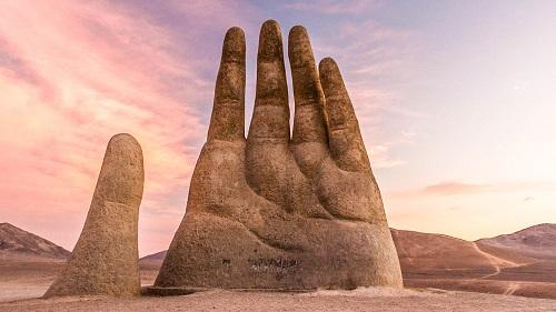 Tượng đài hay ảo ảnh: Kiệt tác bàn tay khổng lồ vươn lên từ sa mạc - Ảnh 1
