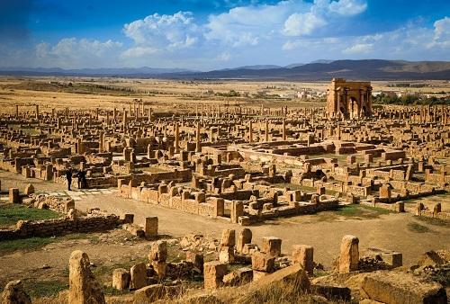 Thành phố La Mã cổ đại Thamugadi: Tàn tích bị sa mạc Sahara chôn vùi gần 10 thế kỷ - Ảnh 1