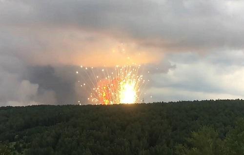 Nga: Kho chứa 40.000 quả đạn pháo phát nổ ở Siberia, 11.000 người phải di tản - Ảnh 1