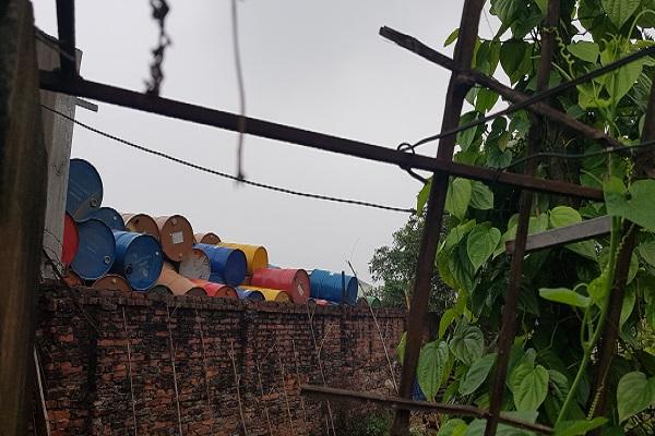 Vấn nạn môi trường (Bài 2): Kho chất thải nguy hại cách nhà dân đúng một bức tường - Ảnh 7