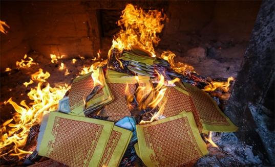Cẩn trọng hiểm họa cháy nổ do thắp hương, đốt vàng mã dịp Tết - Ảnh 1