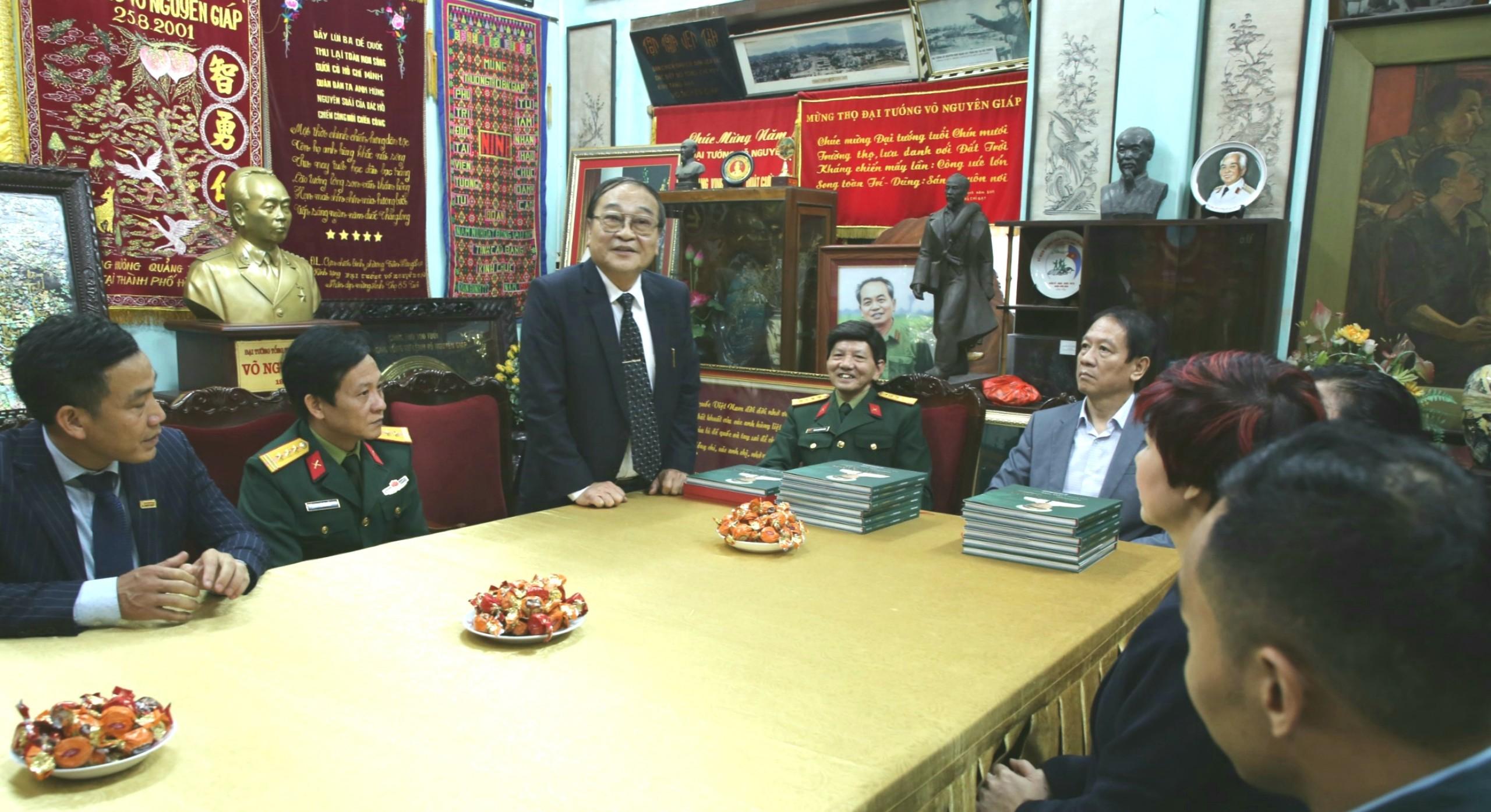Tặng sách ảnh Đại tướng Võ Nguyên Giáp trong lòng dân cho gia đình Đại tướng - Ảnh 5