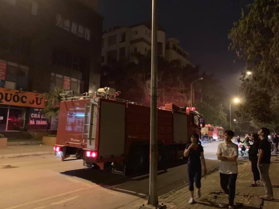 Hà Nội: Chập điện, chung cư cháy lớn lúc nửa đêm khiến nhiều người hoang mang - Ảnh 2