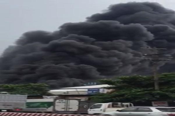 Bình Dương: Cháy dữ dội công ty sản suất băng keo trong KCN Việt Hương - Ảnh 2