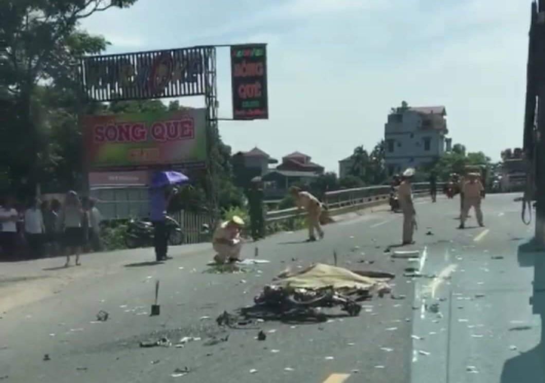Hà Nam: Hai người bị cán chết do va chạm với xe tải - Ảnh 1