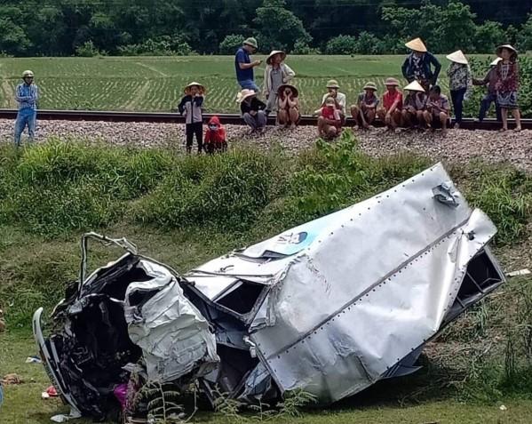 Va chạm kinh hoàng với tàu hỏa: Xe tải nát bét, tài xế nguy kịch - Ảnh 1