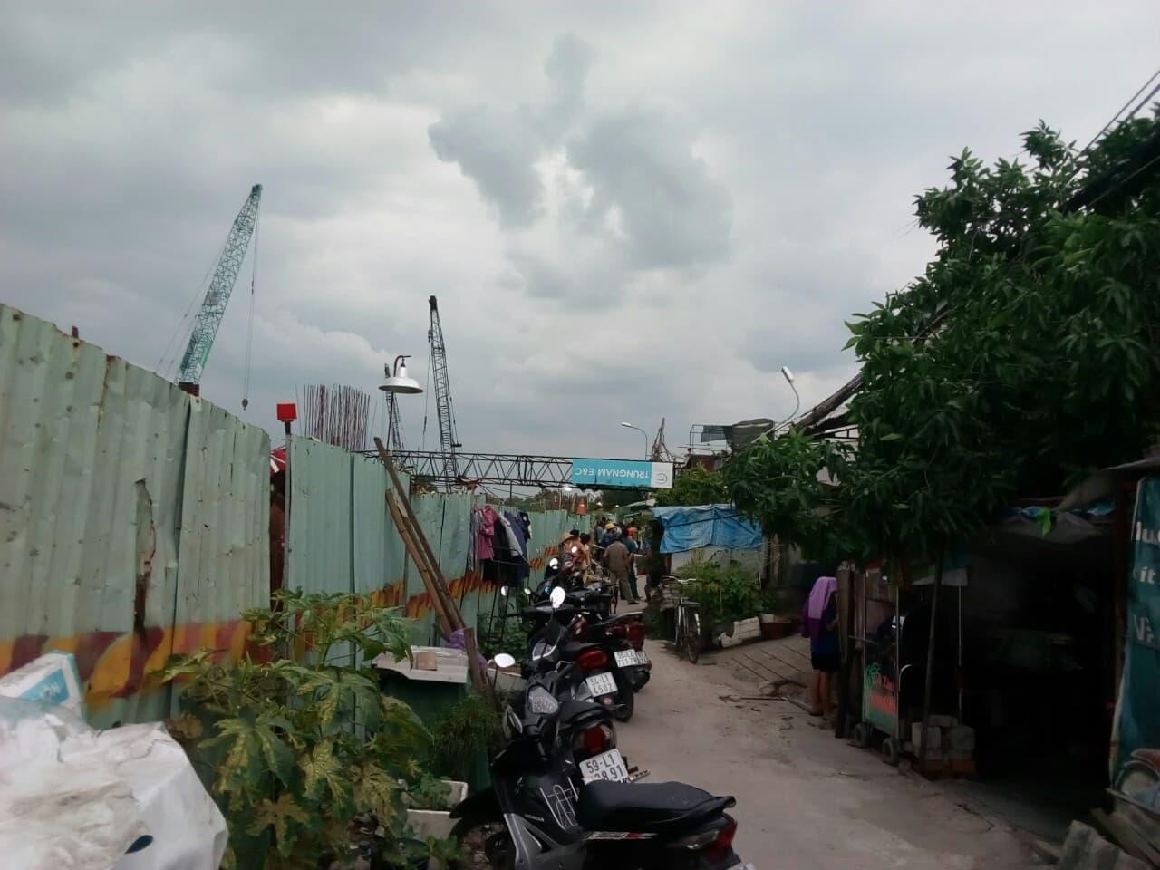 TP. HCM: Cần cẩu 25m dự án chống ngập 10.000 tỷ bất ngờ đổ sập vào nhà dân - Ảnh 1