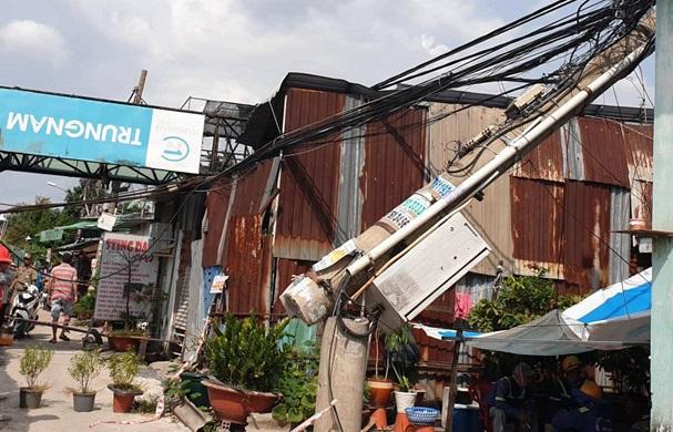 TP. HCM: Cần cẩu 25m dự án chống ngập 10.000 tỷ bất ngờ đổ sập vào nhà dân - Ảnh 3