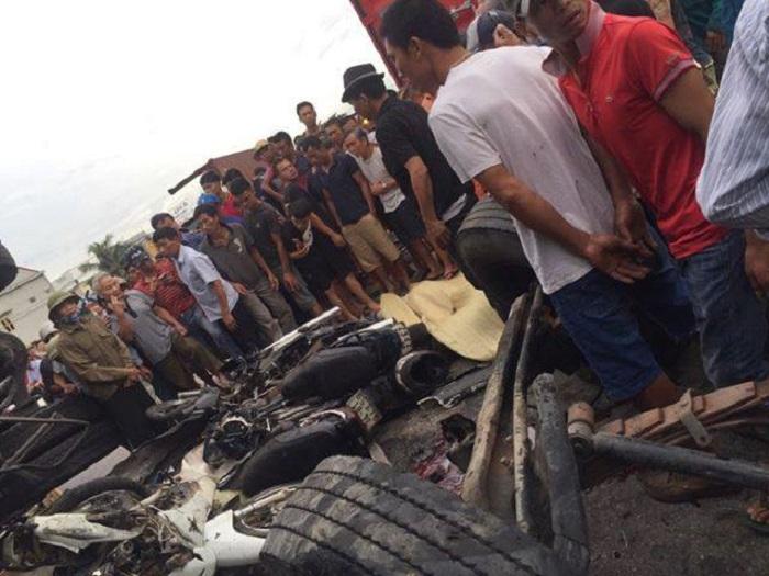 Kim Thành - Hải Dương: Một xe tải trở nước đóng chai Aquafina bất ngờ lật đổ gây hậu quả đặc biệt nghiêm trọng - Ảnh 1