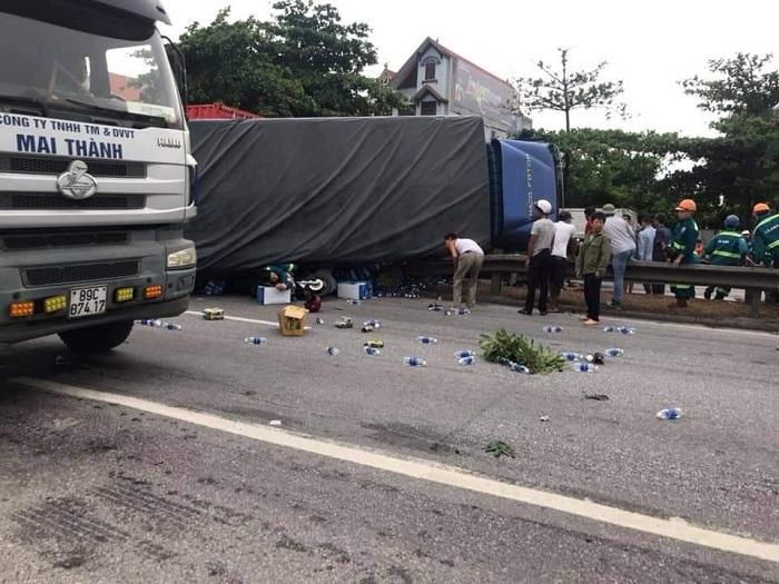 Kim Thành - Hải Dương: Một xe tải chở nước đóng chai Aquafina bất ngờ lật đổ gây hậu quả đặc biệt nghiêm trọng - Ảnh 3