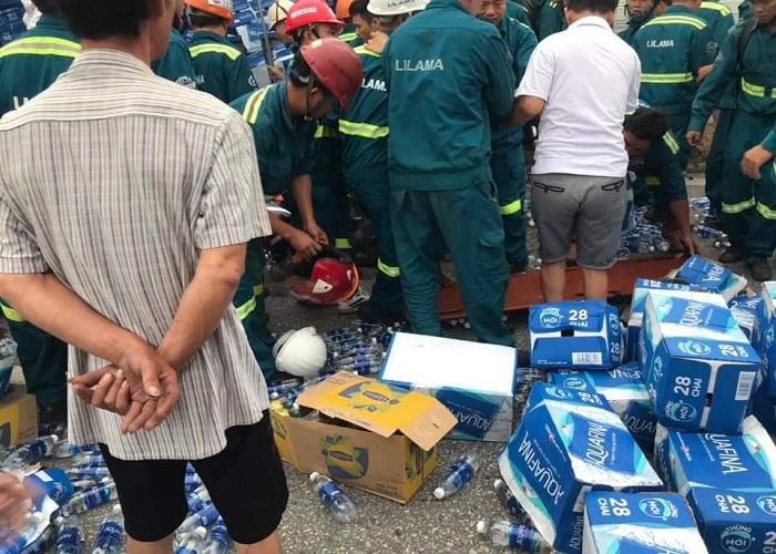 Kim Thành - Hải Dương: Một xe tải chở nước đóng chai Aquafina bất ngờ lật đổ gây hậu quả đặc biệt nghiêm trọng - Ảnh 2