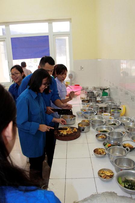 'Trao yêu thương- Nhận hạnh phúc' cùng Đại học Văn hóa Hà Nội và Zila VietNam : Để bệnh viện Phong Ba Sao không còn là nơi tối tăm, lạnh lẽo - Ảnh 5