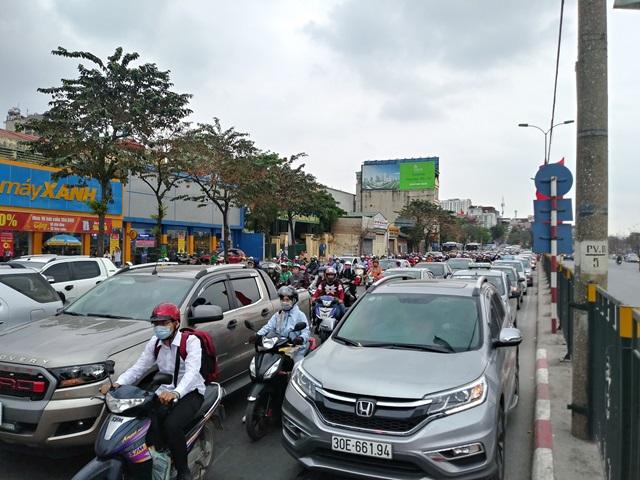 Cửa ngõ Hà Nội ùn tắc chiều mùng 6 Tết, ô tô, xe máy nhích từng mét trên đường - Ảnh 1