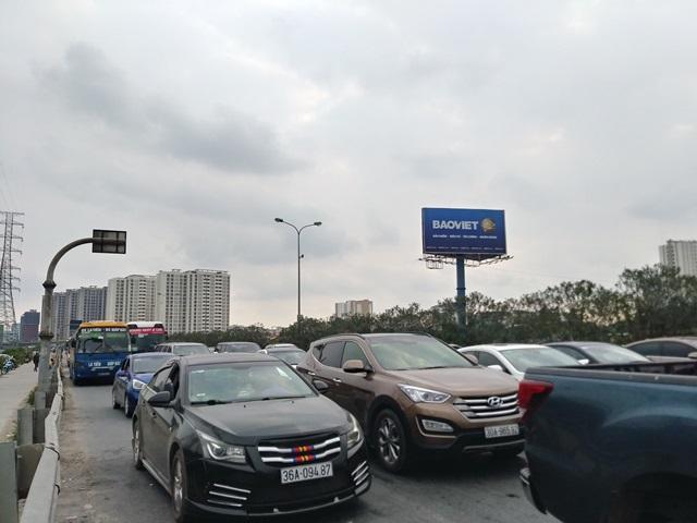 Cửa ngõ Hà Nội ùn tắc chiều mùng 6 Tết, ô tô, xe máy nhích từng mét trên đường - Ảnh 3