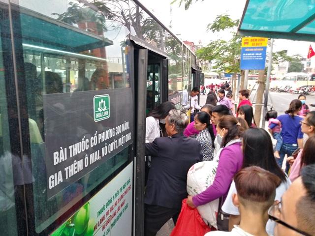 Cửa ngõ Hà Nội ùn tắc chiều mùng 6 Tết, ô tô, xe máy nhích từng mét trên đường - Ảnh 5