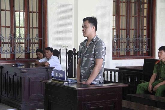 Mẹ già đau đớn dự phiên tòa xử con trai phạm tội giết người - Ảnh 1