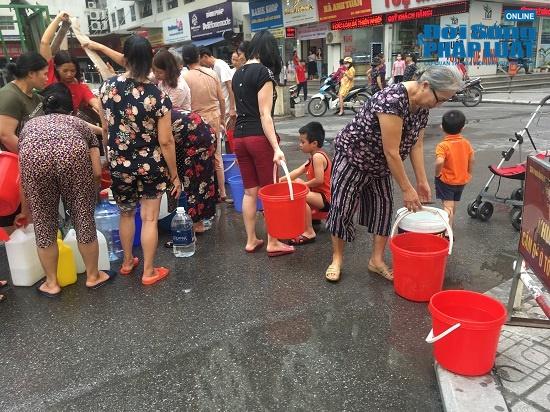 Công ty nước sạch sông Đà cấp nước trở lại: Người dân vẫn mang xoong nồi, xe nôi xếp hàng chờ nước sạch - Ảnh 5