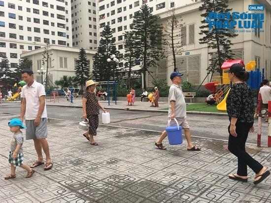 Công ty nước sạch sông Đà cấp nước trở lại: Người dân vẫn mang xoong nồi, xe nôi xếp hàng chờ nước sạch - Ảnh 7