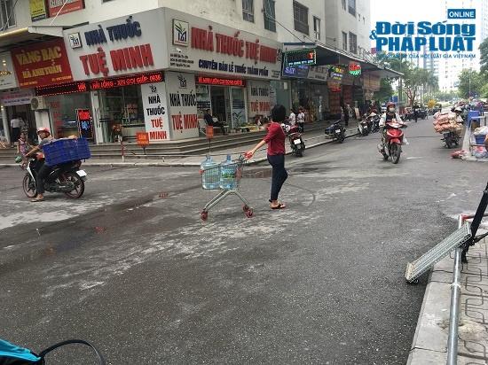 Công ty nước sạch sông Đà cấp nước trở lại: Người dân vẫn mang xoong nồi, xe nôi xếp hàng chờ nước sạch - Ảnh 9