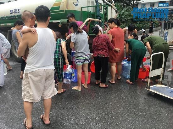 Công ty nước sạch sông Đà cấp nước trở lại: Người dân vẫn mang xoong nồi, xe nôi xếp hàng chờ nước sạch - Ảnh 10