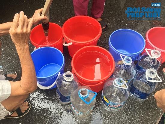 Công ty nước sạch sông Đà cấp nước trở lại: Người dân vẫn mang xoong nồi, xe nôi xếp hàng chờ nước sạch - Ảnh 3