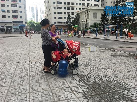 Công ty nước sạch sông Đà cấp nước trở lại: Người dân vẫn mang xoong nồi, xe nôi xếp hàng chờ nước sạch - Ảnh 11