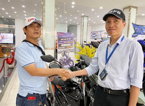 Hiệp sĩ Nguyễn Thanh Hải được tặng xe máy sau khi rời CLB phòng chống tội phạm - Ảnh 1
