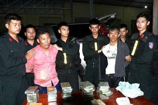 Bắt 2 thanh niên 9X táo tợn vận chuyển 30 bánh heroin và hơn 6.000 viên ma túy tổng hợp - Ảnh 1