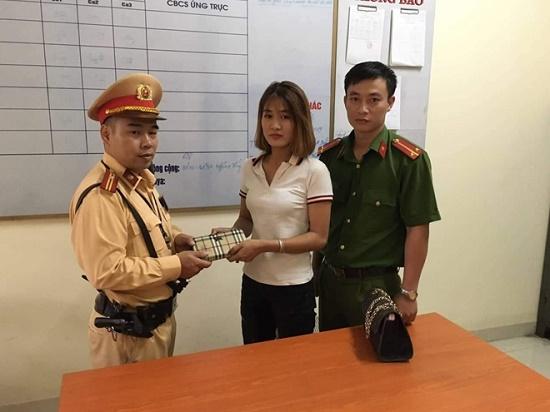 Hà Nội: Cô gái may mắn tìm được ví tiền nhờ CSGT - Ảnh 1