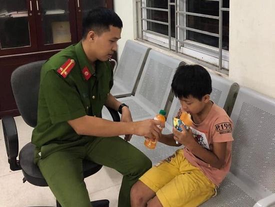Hà Nội: Công an tìm bố mẹ cho bé trai 11 tuổi đạp xe đi lạc nhà hơn 10km - Ảnh 1