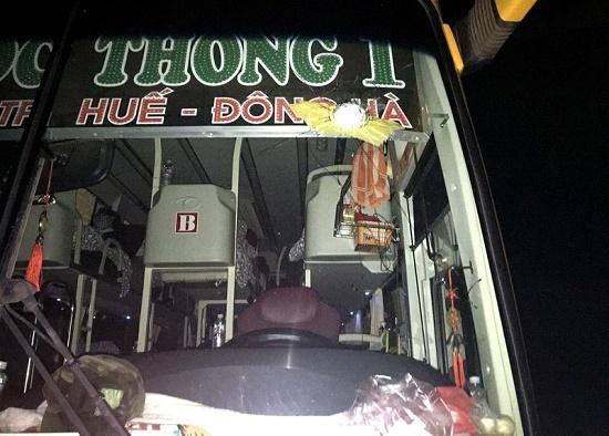 Cô gái trèo lên nóc ô tô nhảy múa khiến cả tuyến phố ở Hà Nội ùn tắc - Ảnh 2