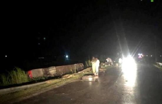 Hà Tĩnh: Xe khách bị lật lúc rạng sáng, 21 người thương vong - Ảnh 2