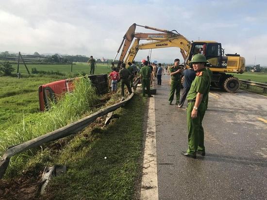 Hà Tĩnh: Xe khách bị lật lúc rạng sáng, 21 người thương vong - Ảnh 3