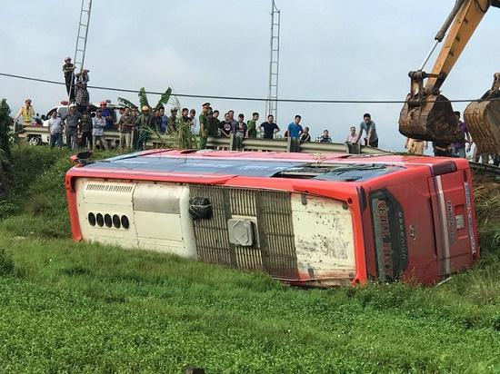 Hà Tĩnh: Xe khách bị lật lúc rạng sáng, 21 người thương vong - Ảnh 1