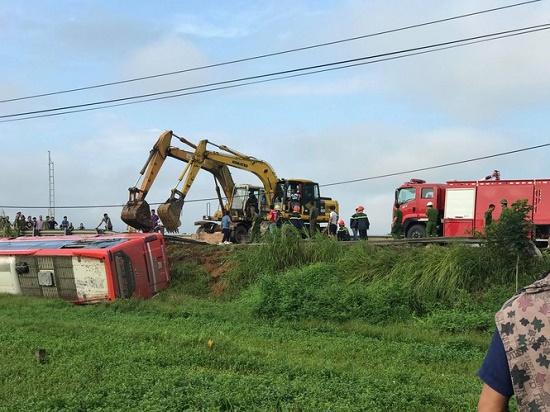 Hà Tĩnh: Xe khách bị lật lúc rạng sáng, 21 người thương vong - Ảnh 5