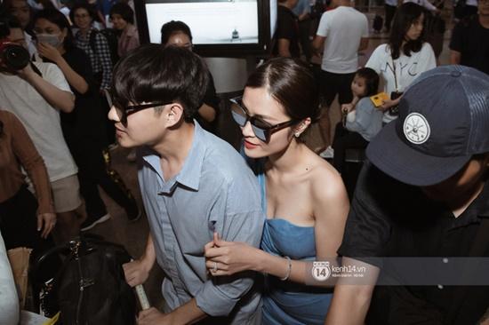 Hậu đám cưới hoành tráng, vợ chồng son Đông Nhi - Ông Cao Thắng rạng rỡ khoe nhẫn cưới tại sân bay - Ảnh 4