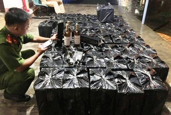 Tin tức pháp luật mới nhất ngày 3/11/2019: Phát hiện ô tô chở 600 chai rượu ngoại không rõ nguồn gốc - Ảnh 1