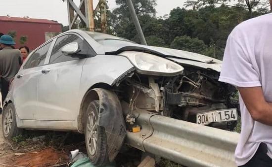 Tin tức tai nạn giao thông mới nhất hôm nay 27/11/2019: Ôtô đâm dải tôn bên đường, tài xế thoát nạn - Ảnh 1