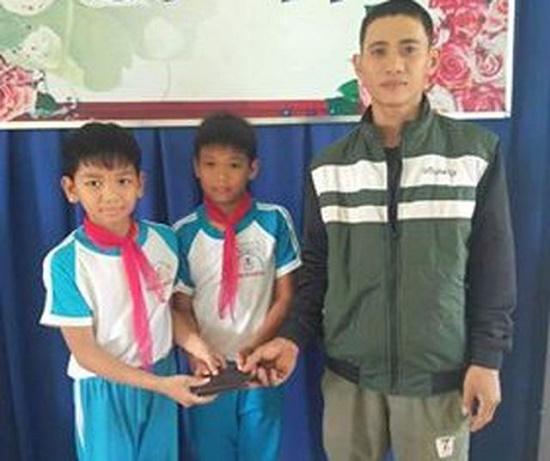 Tuyên dương hai học sinh trả lại ví cho người đánh mất ở Quảng Ngãi - Ảnh 1