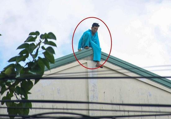 Người đàn ông đu bám ở tầng 23 khách sạn tiếp tục leo lên nóc nhà la hét - Ảnh 1