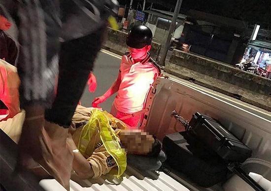 Đang kiểm tra ô tô vi phạm, thiếu tá công an bị xe máy tông trúng - Ảnh 1