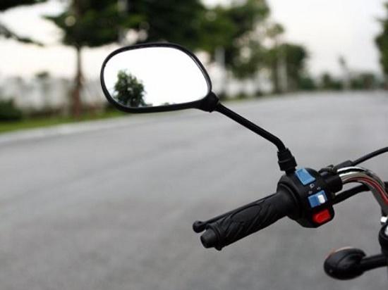 Điều khiển xe máy không có gương chiếu hậu có vi phạm luật giao thông? - Ảnh 1