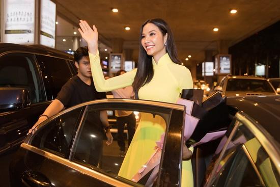 Á hậu Hoàng Thùy đẹp dịu dàng trong tà áo dài, trở về sau 10 ngày thi Miss Universe 2019 - Ảnh 5