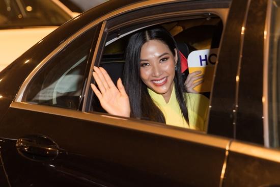 Á hậu Hoàng Thùy đẹp dịu dàng trong tà áo dài, trở về sau 10 ngày thi Miss Universe 2019 - Ảnh 6